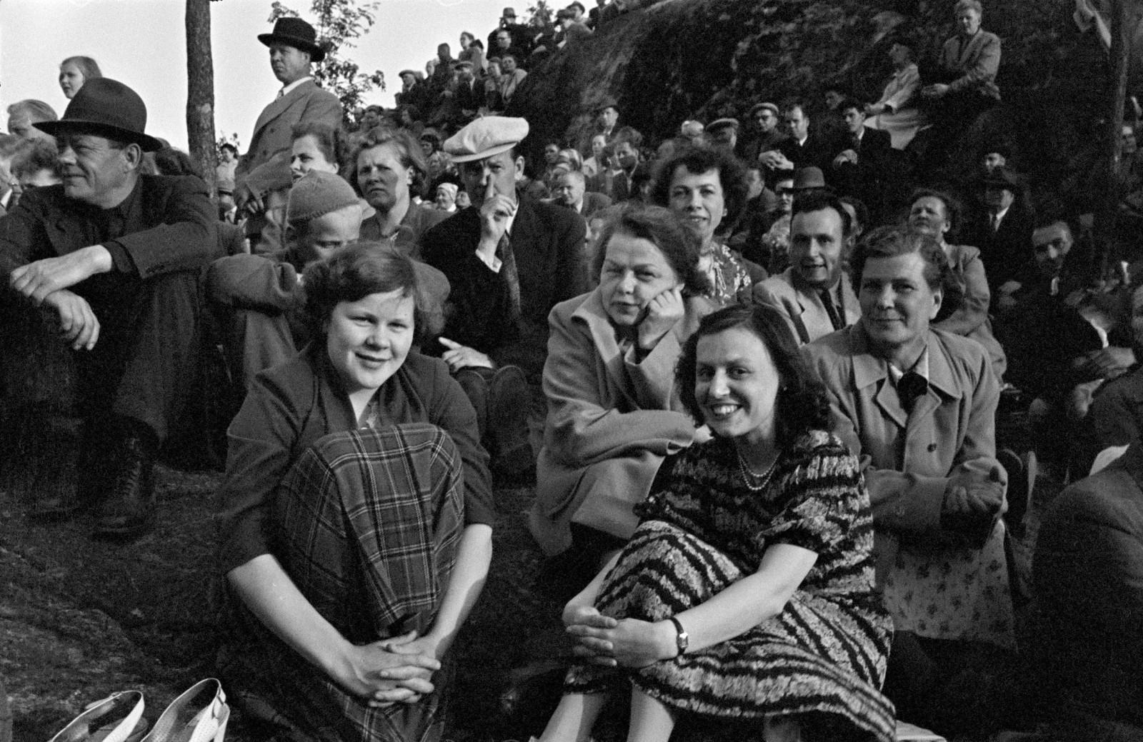 Yleisöä Alppilavalla. Kuva: Väinö Kannisto 1951.
