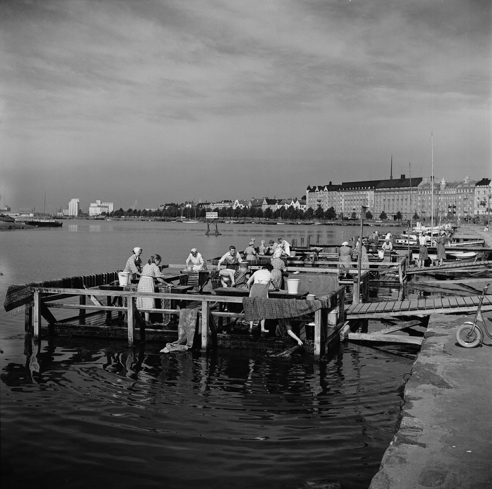 Matonpesulaitureita Uunisaarensalmessa Kaivopuiston rannassa. Kuva: Helsingin kaupunginmuseo / Volker von Bonin