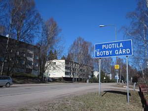 Rusthollarintien eteläisempi pää. Kuvan kerrostalot ovat Rusthollinpolku 2 ja 1.