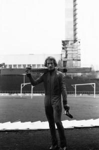 Mäkihyppy- eli spedelinkoa esitellään Töölön pallokentällä 1977. Kuvassa linkoa esitellyt hyppääjä.