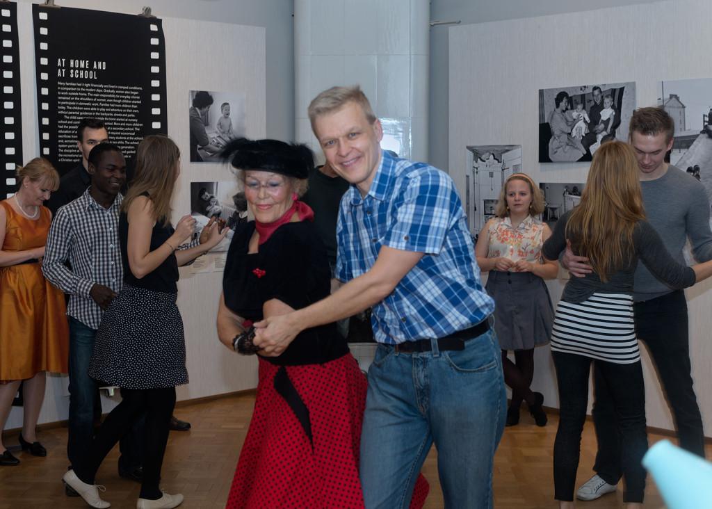 Tanssin riemua 50-luvun hipoissa Rasvaletti-näyttelyssä lokakuussa 2014. Kuva: Helsingin kaupunginmuseo/Jaana Maijala
