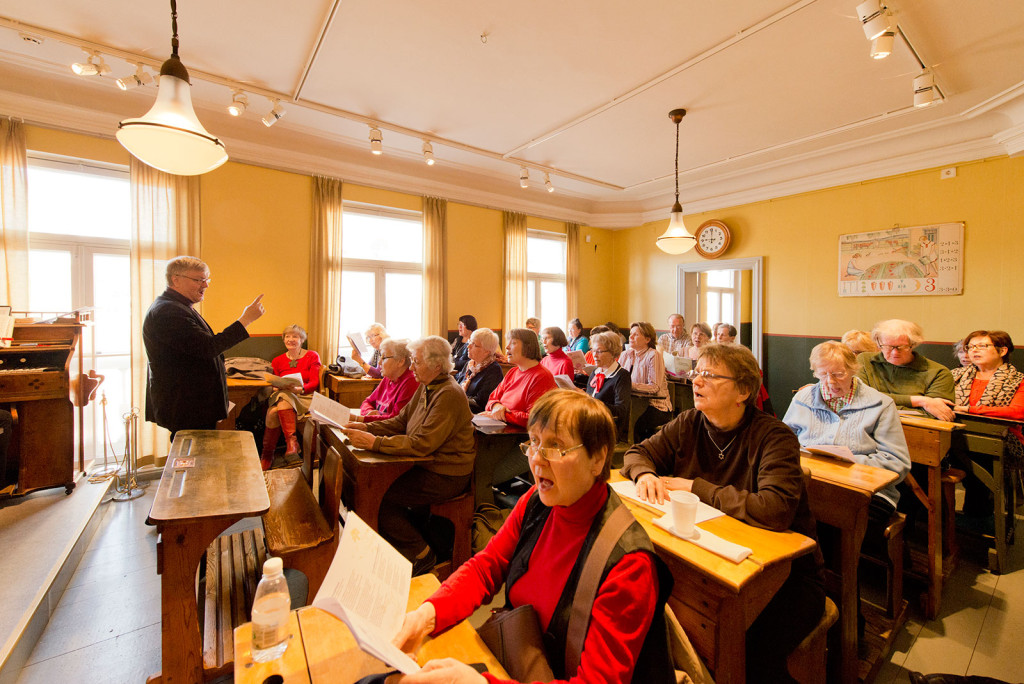 Keväisiä koululauluja laulettiin huhtikuussa 2013 ensi kertaa Lasten kaupungin luokkahuoneessa Sederholmin talossa. Kuva: Helsingin kaupunginmuseo/Sakari Kiuru