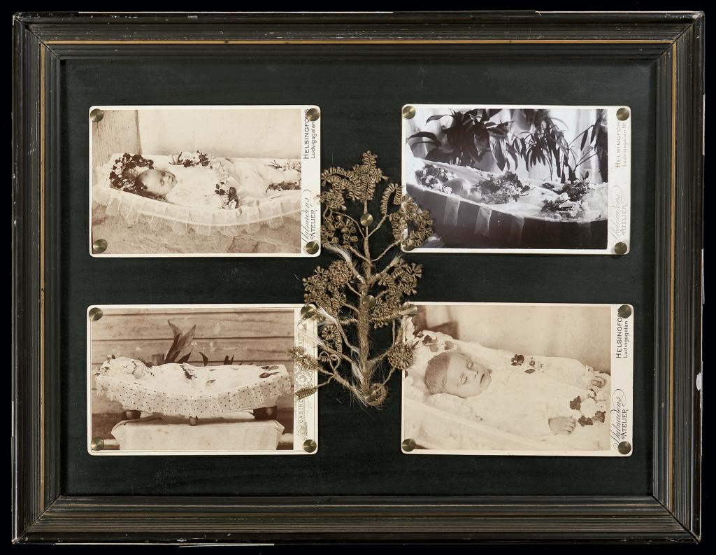 taulu, neljä valokuvaa, joissa lapset lepäävät avoimissa arkuissaan, sekä hiuspuu
