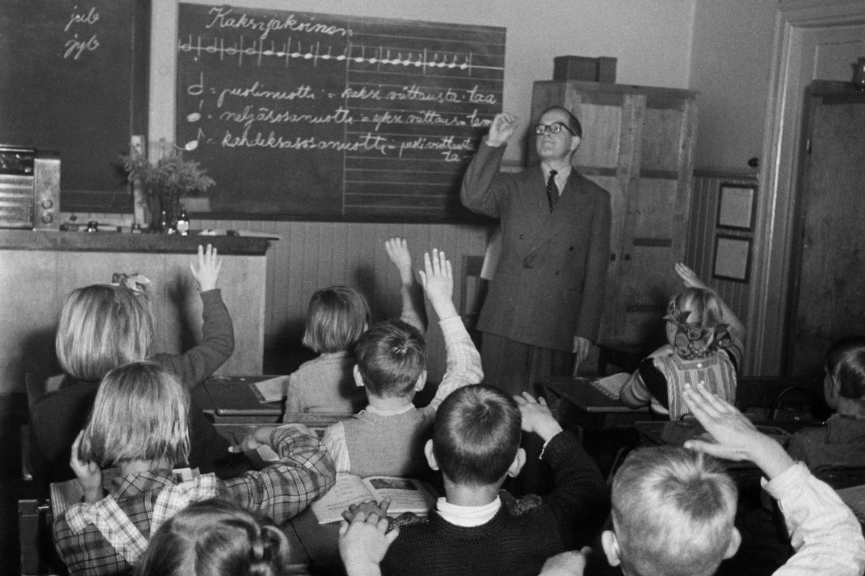 Musiikintunti helsinkiläisessä kansakoulussa 1952. Kuva: Helsingin kaupunginmuseo.