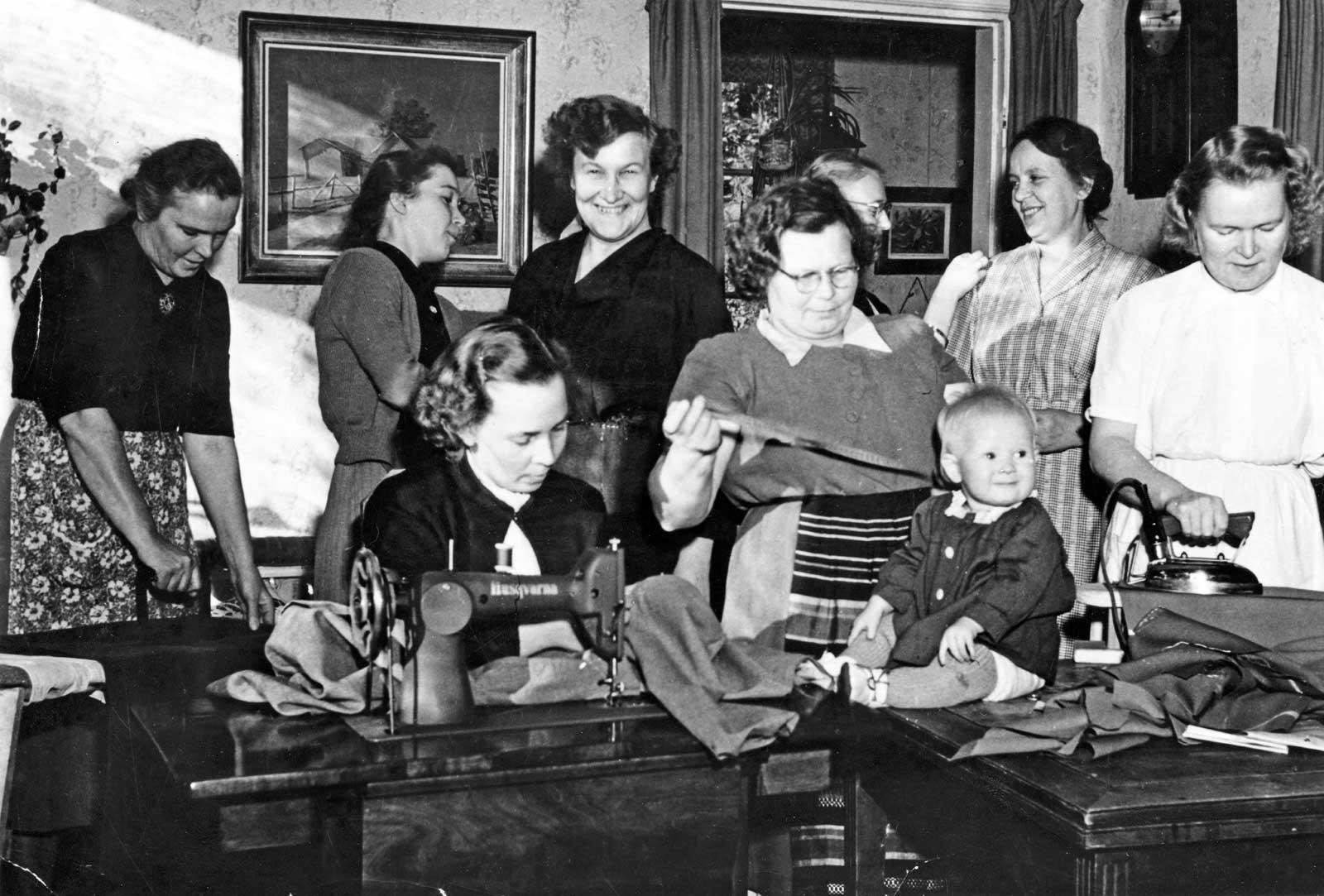 Oulunkylän Marttojen ompelukurssi. Kuva: Helsingin kaupunginmuseo 1953.