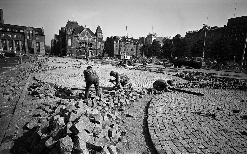 Kiveämistöitä Rautatientorilla. Kuva: Helsingin kaupunginmuseo / Kari Hakli 1969.