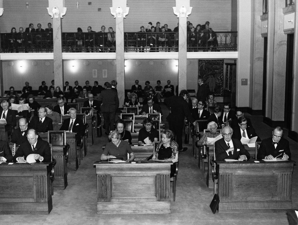 Helsingin kaupunginvaltuuston istunto valkoisessa salissa Aleksanterinkatu 16