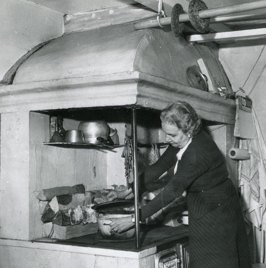 Martta Boyer Ruiskumestarin talon keittiössä. Kuva: Teatterimuseo