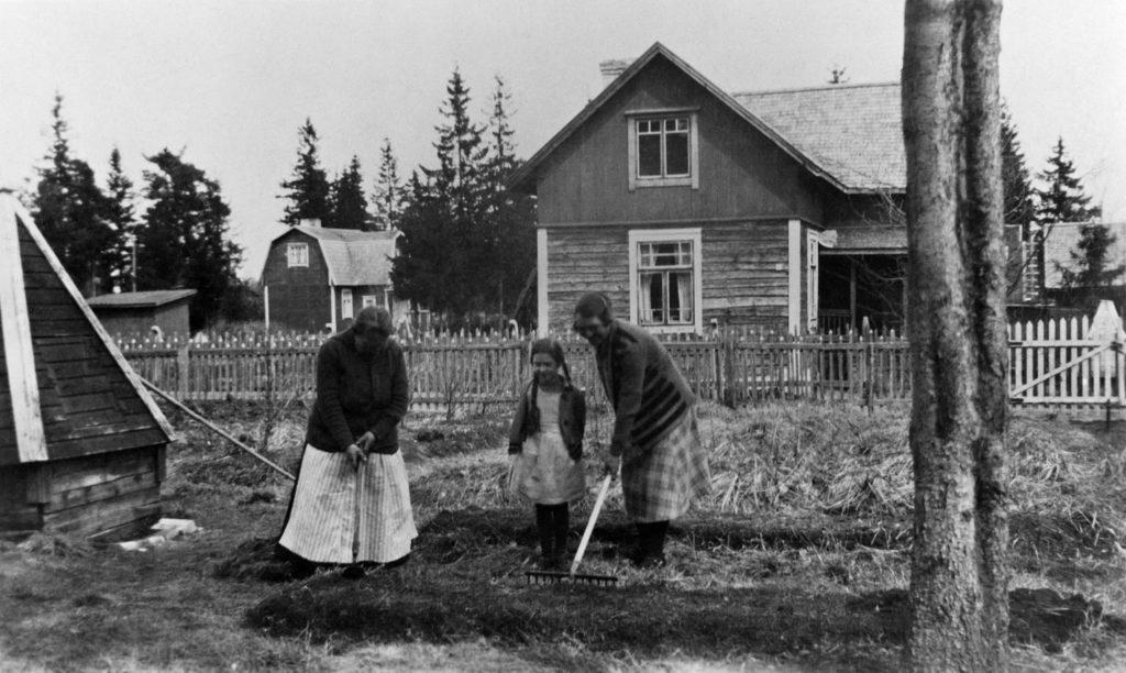 Ihmisiä kasvimaalla vuonna 1927