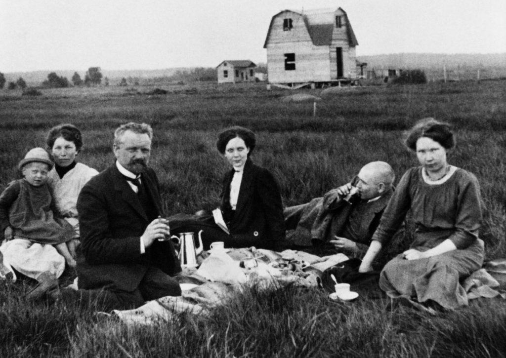 Ihmisiä palstalla juomassa kahvia vuonna 1913.