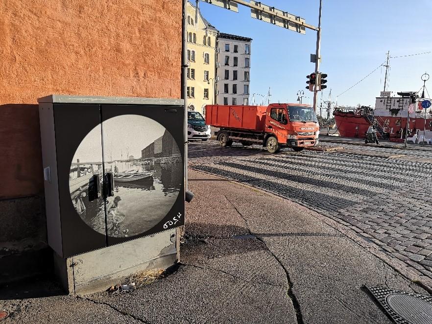 Sähkökaappi valokuvalla Aleksanterinkadulla