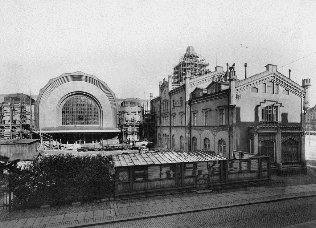 Mustavalkoinen kuva, jossa vanha Helsingin rautatieasema vuodelta 1914