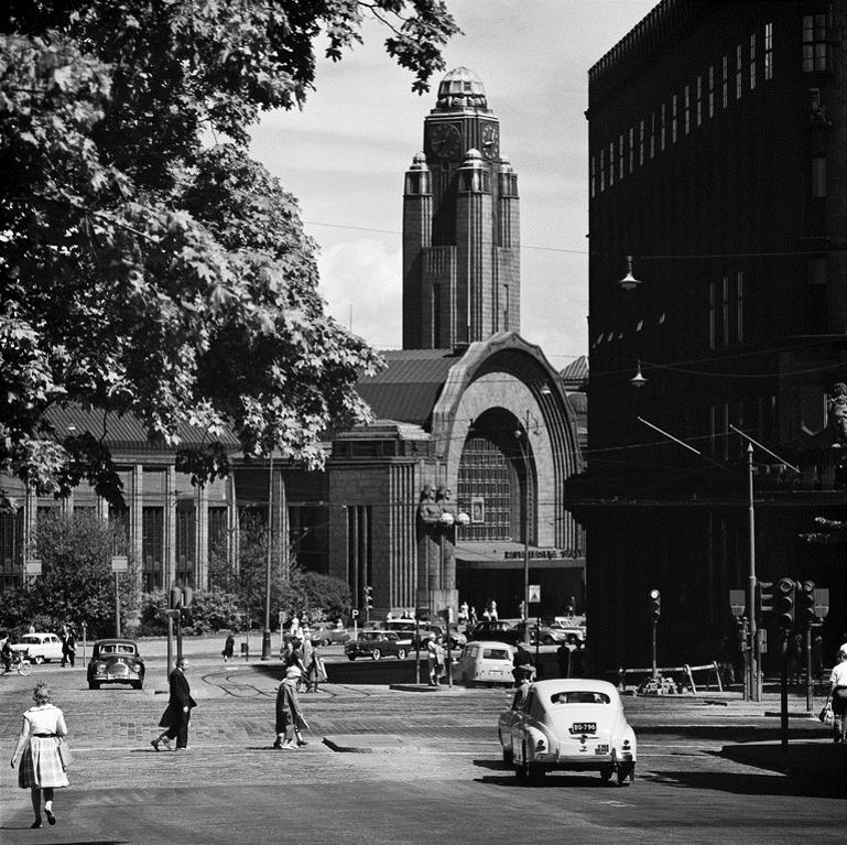 Mustavalkoinen kuva Helsingin rautatieasemasta 60-luvulla