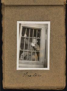 Vanhassa valokuvassa mies vankilan kaltereiden takana