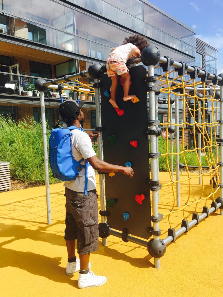 lapsi ja aikuinen leikkipuistossa